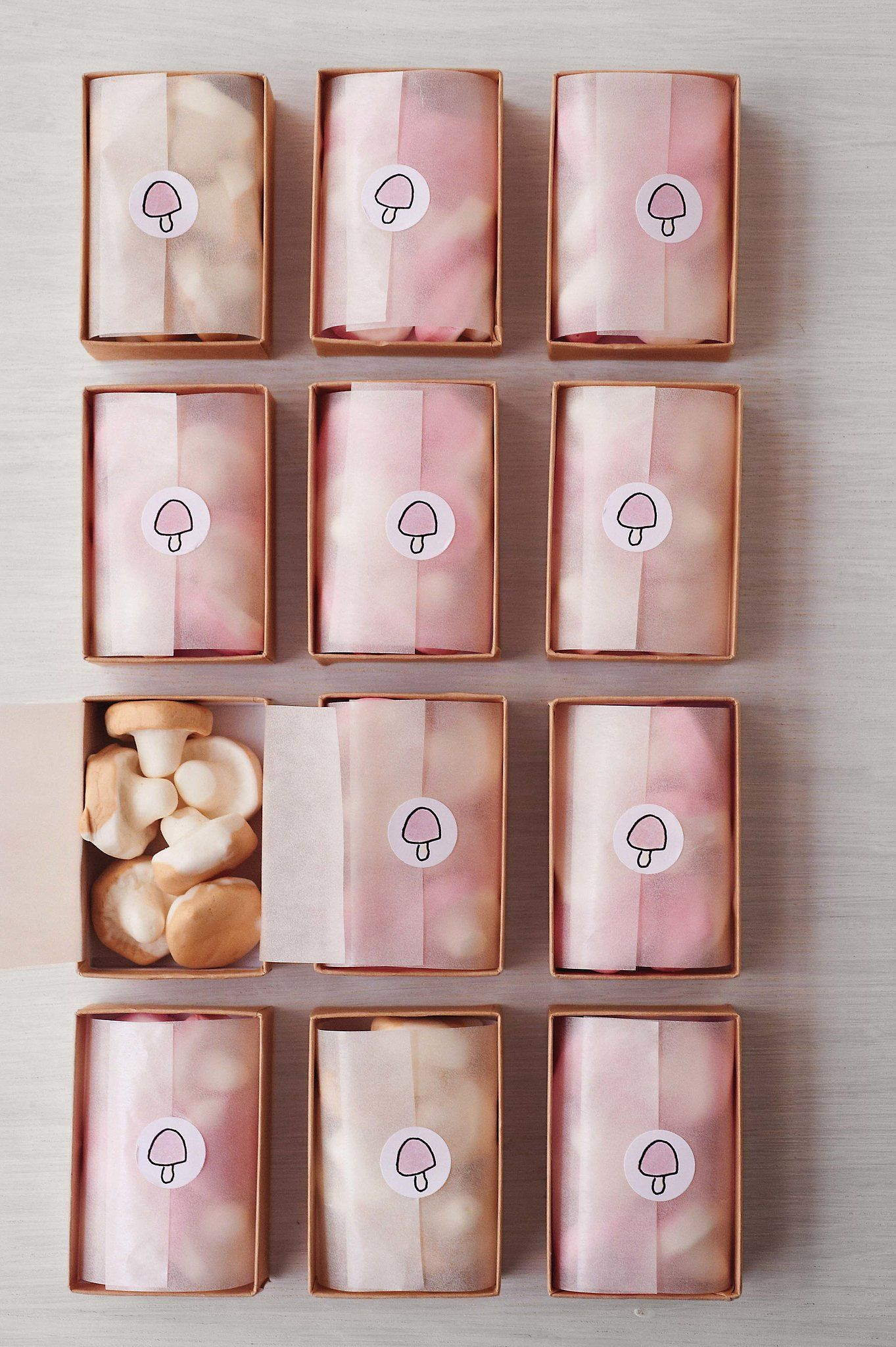 woodland fete.mushroom-shaped marshmallows were packaged up for guests./ metsä aiheisten juhien vieraslahjana sienikarkkeja