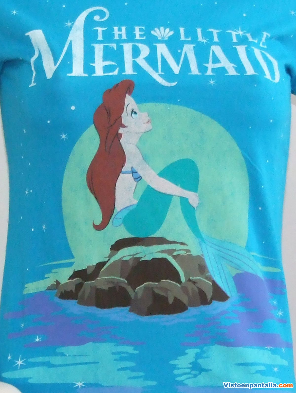 Camiseta Chica Disney. La Sirenita, Luna Camiseta Chica estampada con una preciosa y romántica escena de La Sirenita sentada en su roca y tras ella, una inmensa luna...