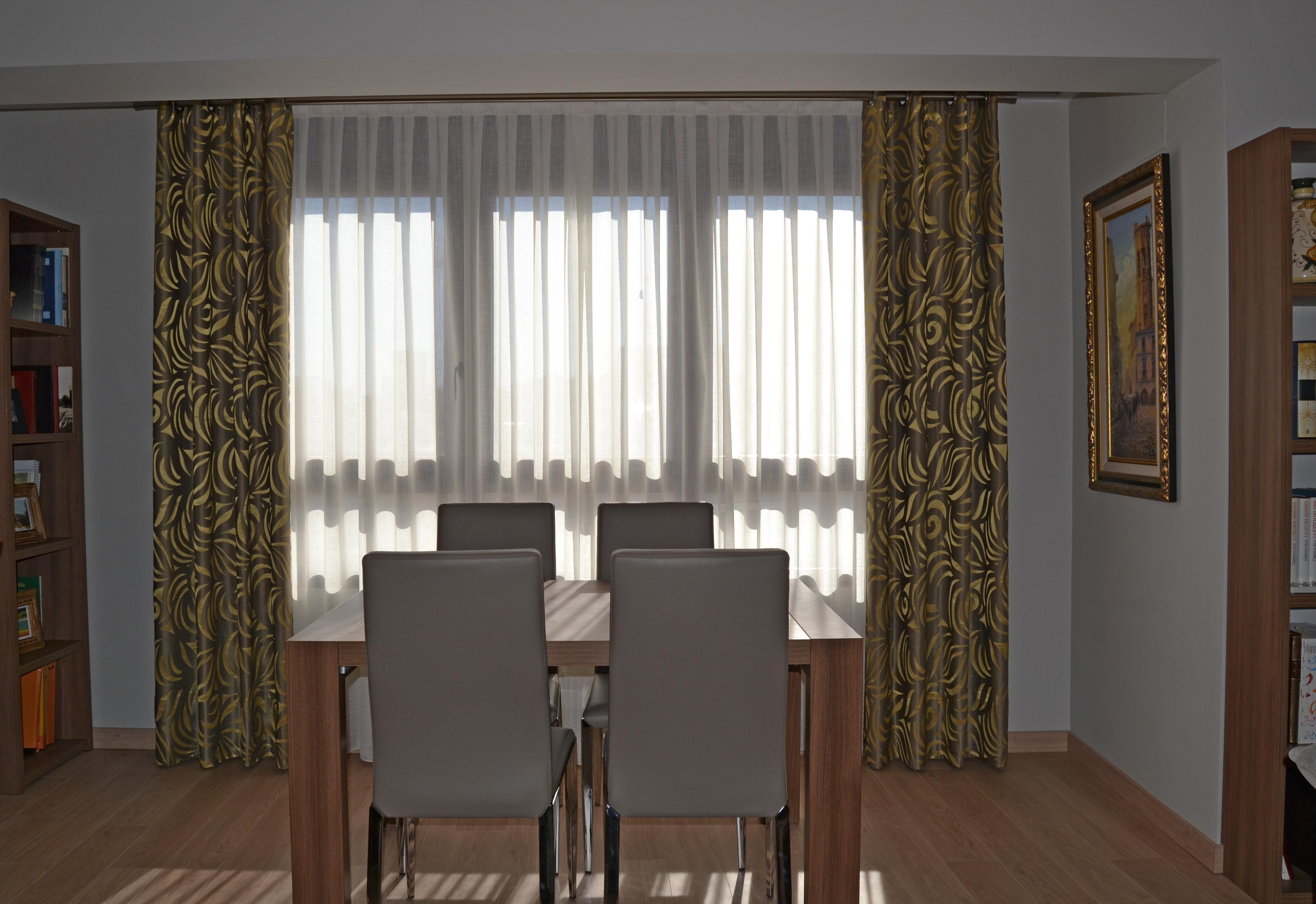 Salón con dobles cortinas en gris y amarillo   Villalba