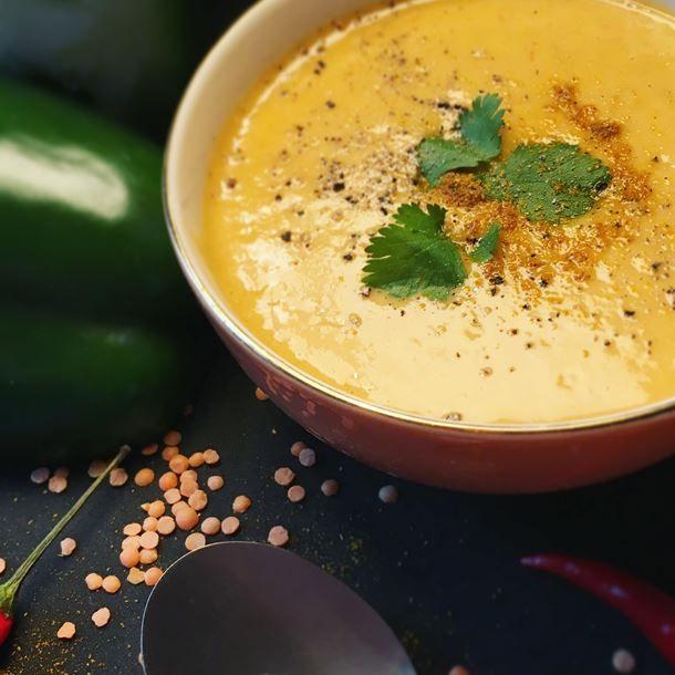 Velouté de lentilles corail, poivrons, curry, piment d'espelette et à la coriandre