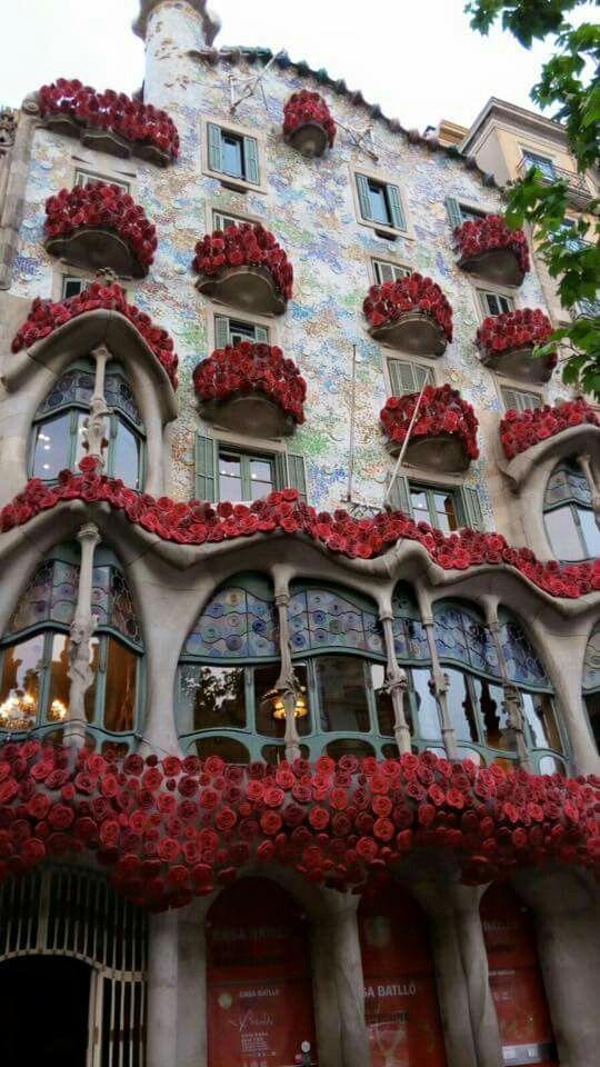 La Casa Batlló S Omple De Roses Per Sant Jordi 22 D Abril De 2016 Barcelona Catalonia Gaudi Barcelona Gaudi Architecture