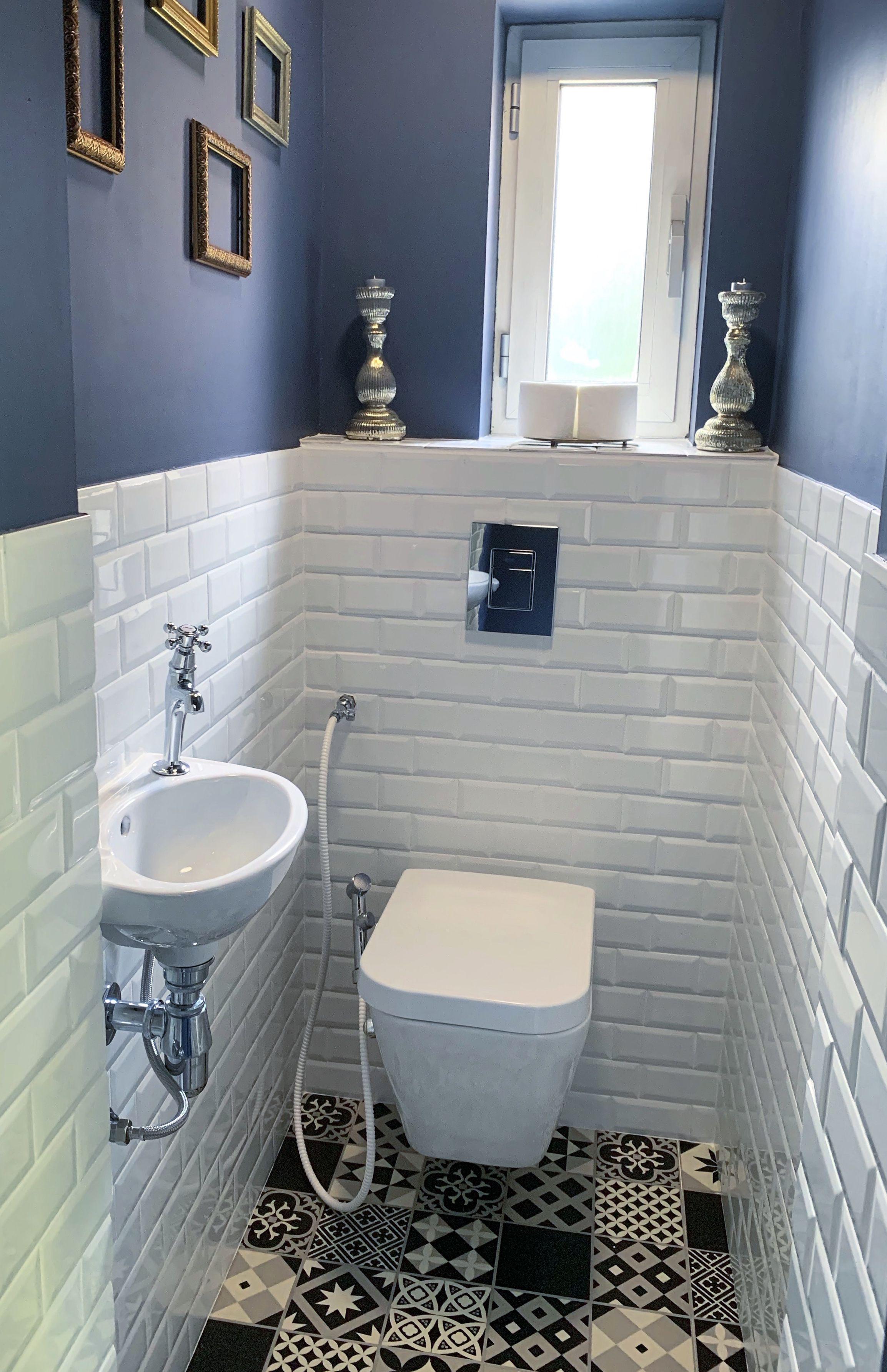 Mon Mari A Renove Nos Toilettes Lave Main Faience Metro Blanc Et Peinture Bleue Au Mur Toilettes Suspendues Toilette Suspendu Idee Deco Toilettes Toilettes