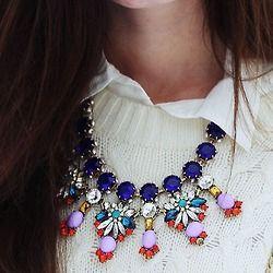 Statement kaulakoru toimii neuleenkin kanssa. Statement necklace with cardican.