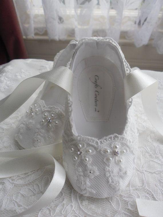 b3526646d Zapatos blanco encaje bautizo boda por CraftsCoutureByGemma en Etsy