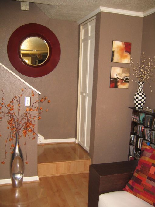 Fantastic Wall Decorating Ideas For Living Rooms To Try: Love The Brown And Red Color Combination!