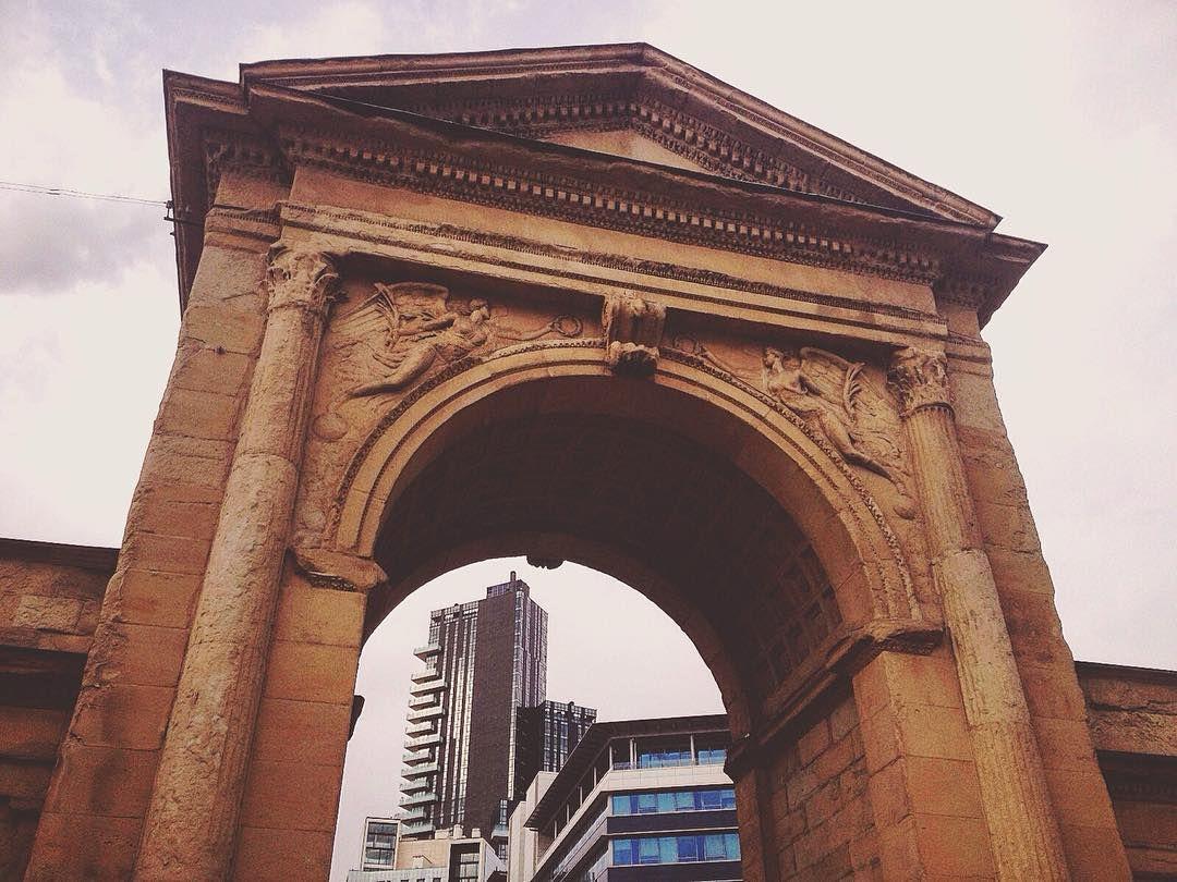 """Il nostro futuro può essere costruito soltanto grazie alle esperienze del nostro passato.  Stamattina vi presento Porta Nuova una delle antiche porte di Milano costruite nell'1800.  Sullo sfondo si può notare il nuovo quartiere residenziale chiamato """"Porta Nuova"""" in onore di quella porta che un tempo chi veniva da Monza doveva attraversarla!   #milan #milano #igersmilano #milaninsight #visitmilano #milanodavedere #turismomilano #lovemilan #ig_milano #ig_milan #ohyesitaly #tv_living #italy…"""