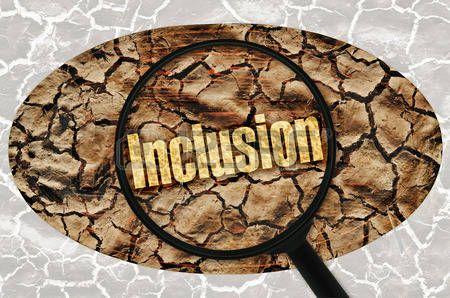 inclusion: Inclusión palabra bajo una lupa en el fondo abstracto