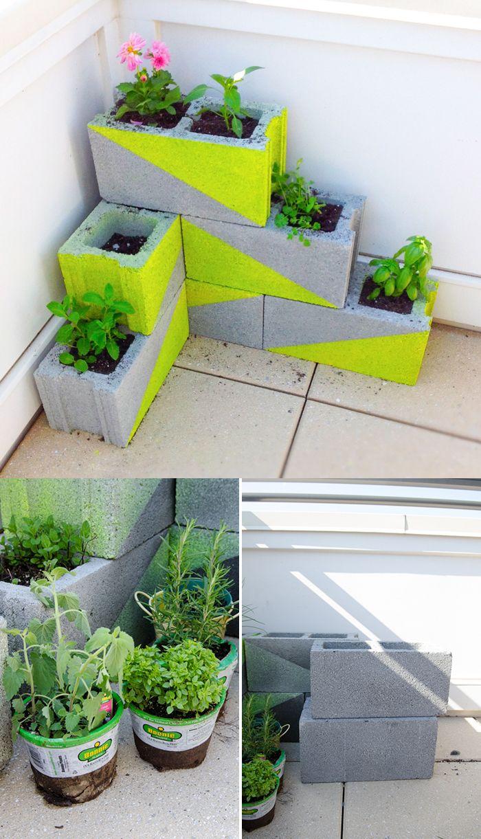 pequeña jardinera con bloques de hormigón patios outdoor decor