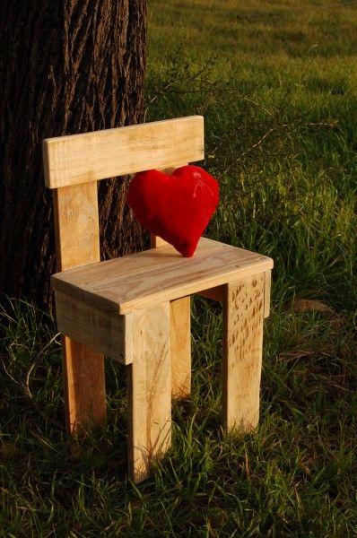 Silla para ni os hecha con madera de palet reciclada for Sillas para ninos