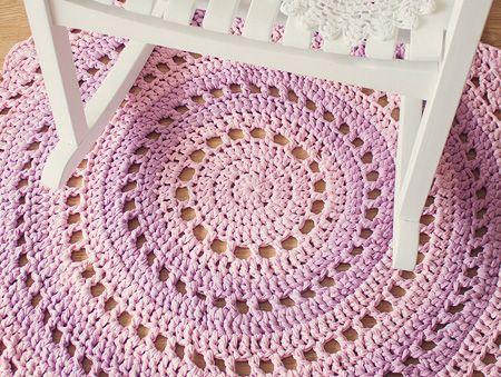 Ecco un bellissimo tappeto all uncinetto in fettuccia - Tappeto mandala ...
