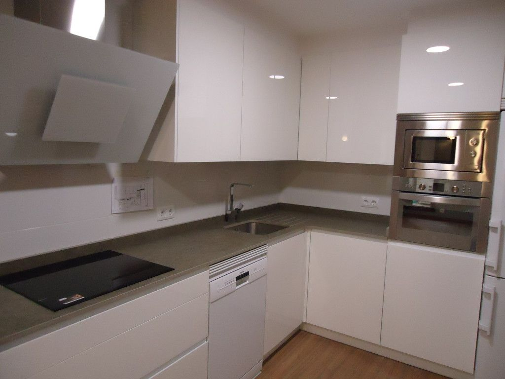 Cocina blanca tirador nuvi encimera dekton cocina y ba o - Encimera cocina blanca ...