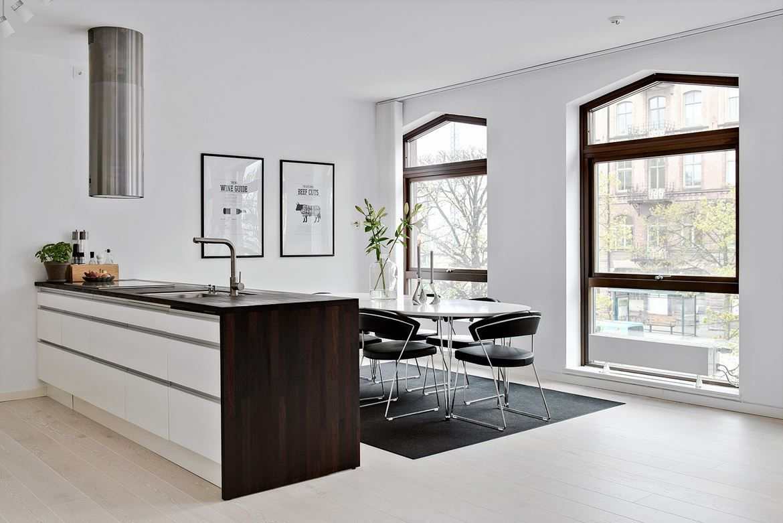 Öppen planlösning med stilsäkra moderna materialval och en rejäl ...