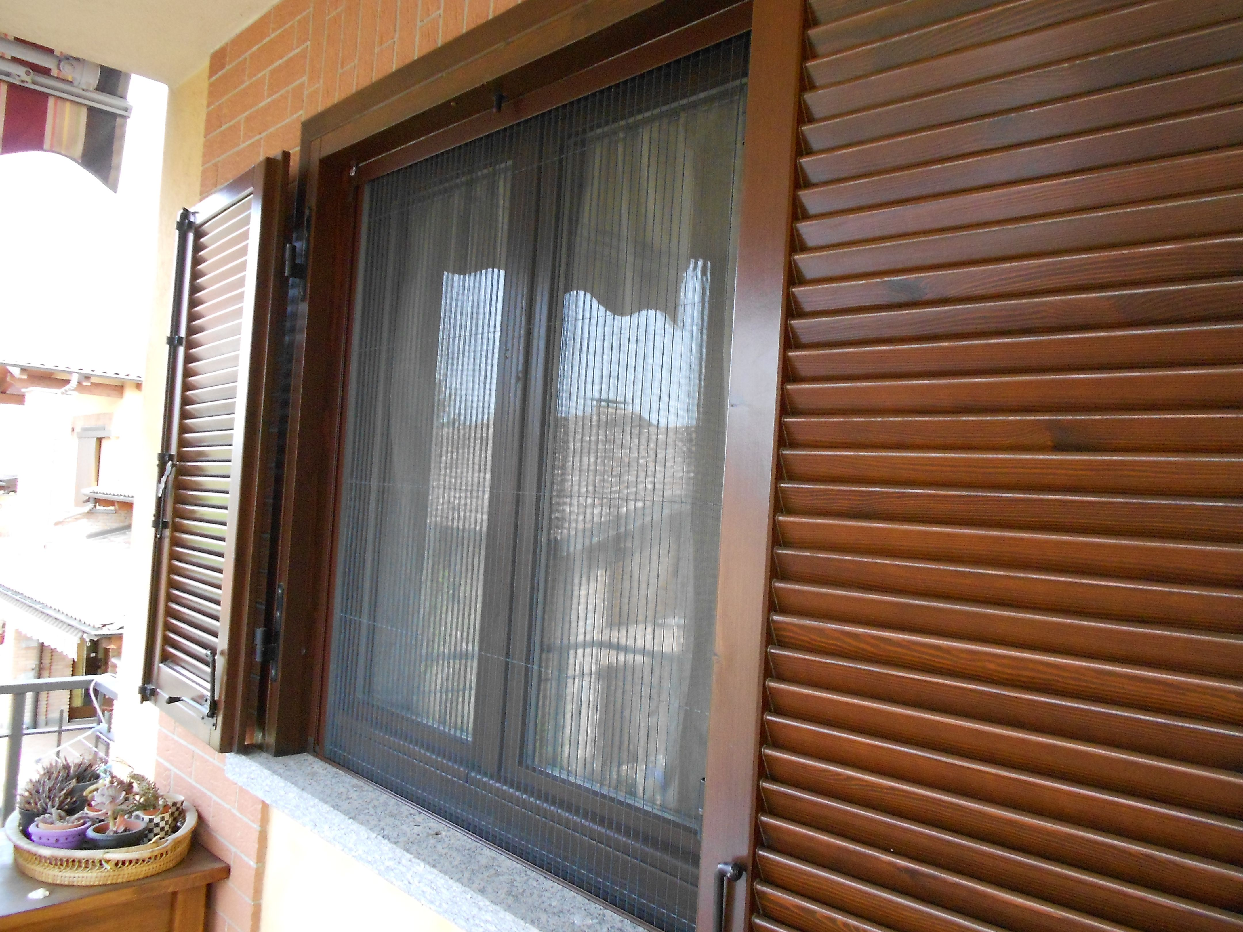 Zanzariera plissettata per porta finestra con rete in