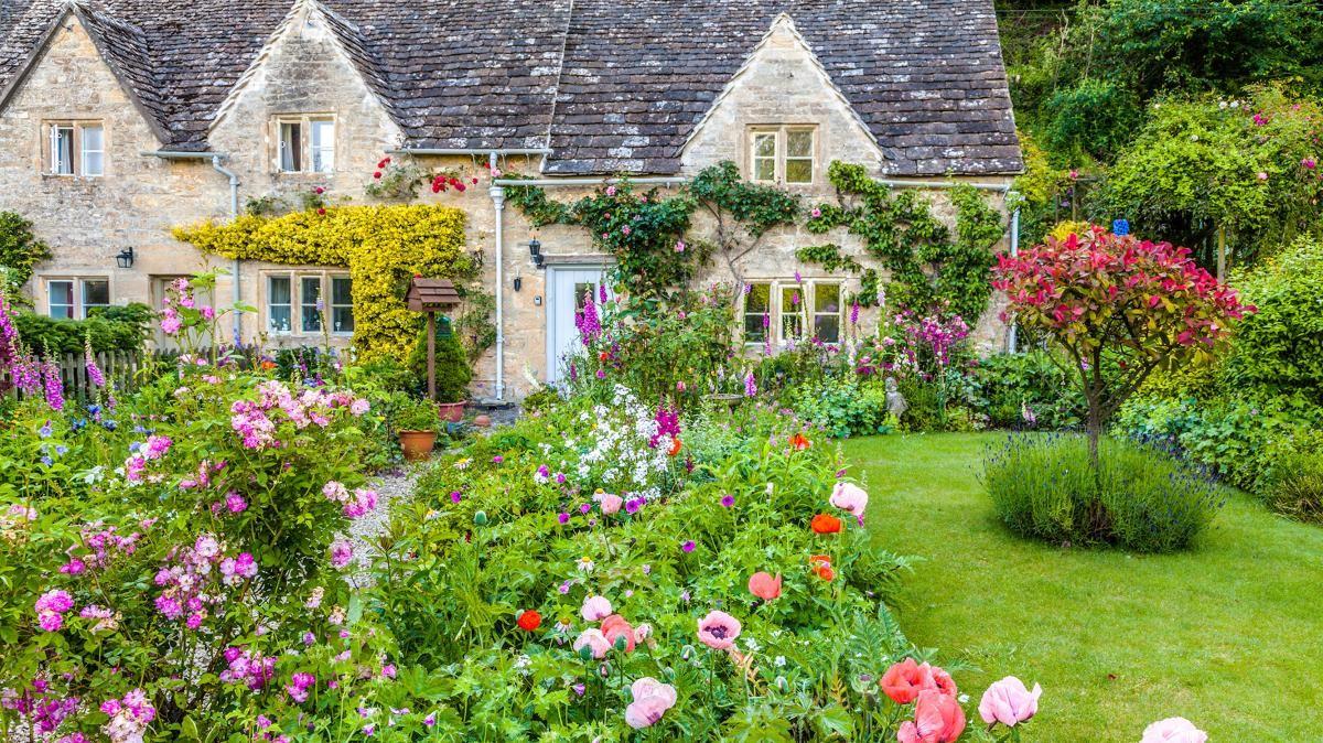 A Classic Cottage Garden Borders On Fantasy Land Cottage Garten