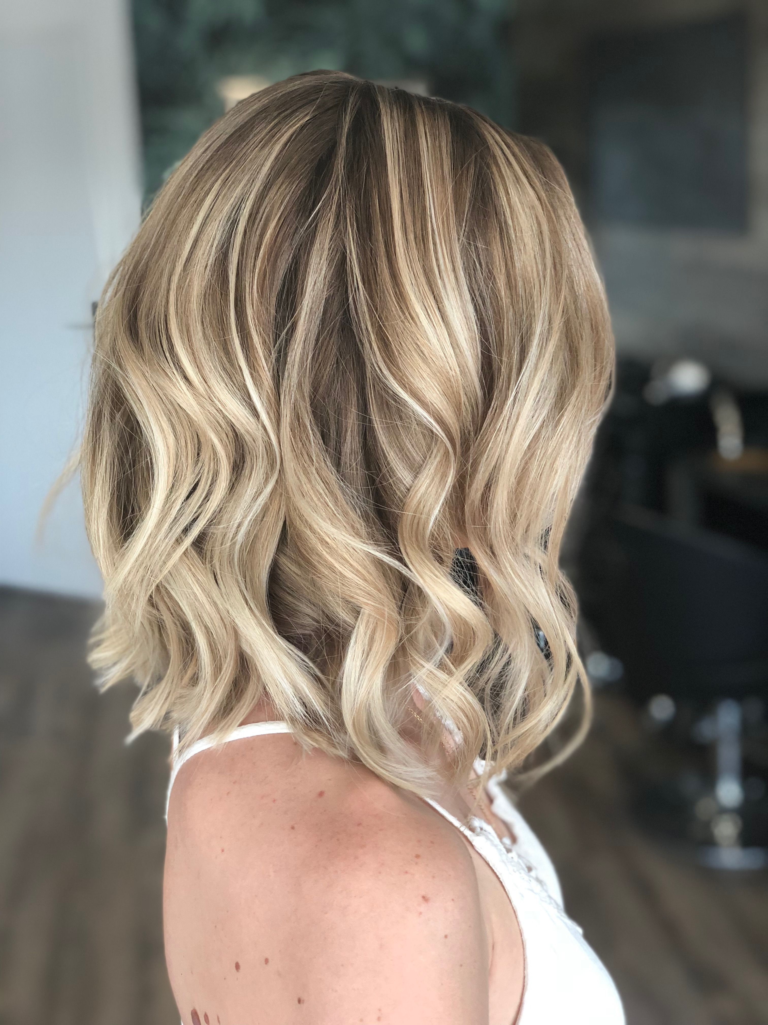 Carré plongeant mi-long blond polaire & wavy (Instagram @celine__be) | Coupe carré plongeant ...