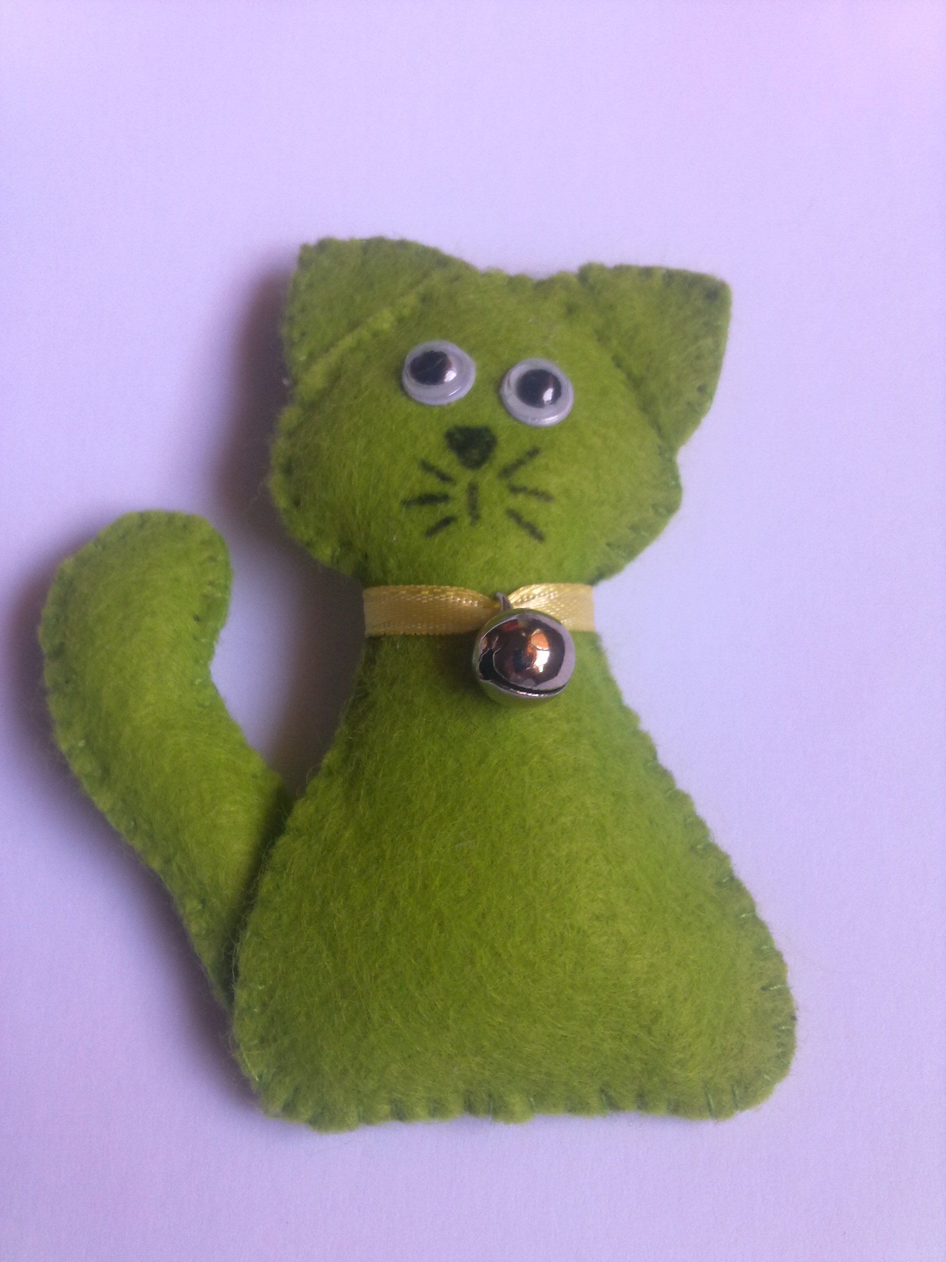 Broche de gatito en fieltro con cascabel.
