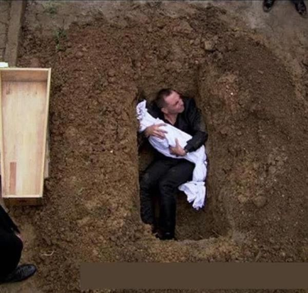 Syrian dad refusing to bury his slaughtered child. No words. #Syria #ArmFSA #FreeSyria