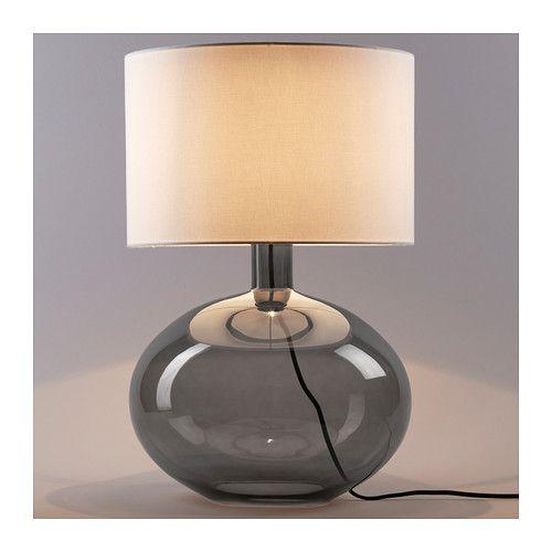 LJUSÅS YSBY Lámpara de mesa IKEA La pantalla textil crea una luz difusa y decorativa.