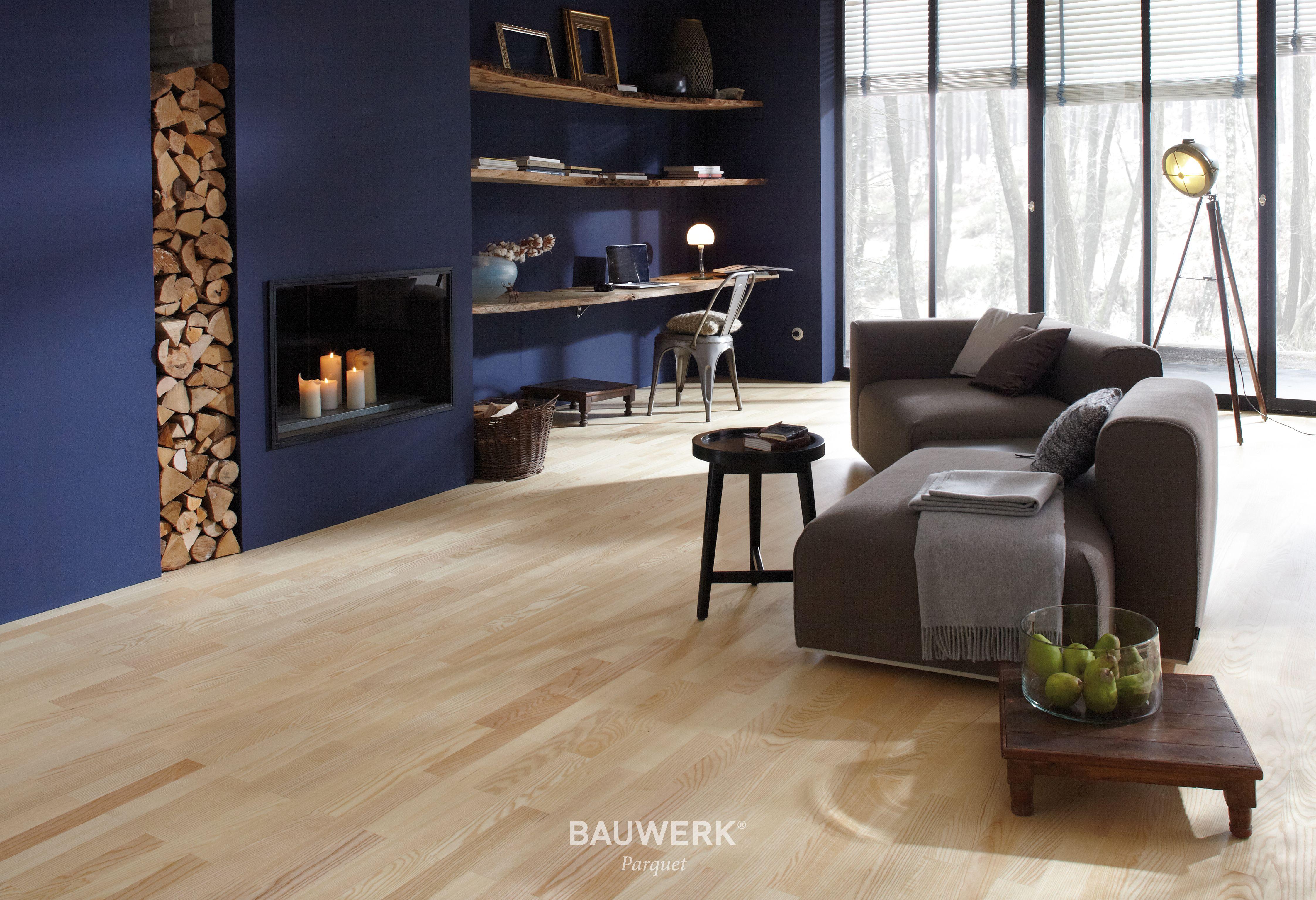 Heller parkettboden aus eschenholz bildet sch nen kontrast zu dunkelblauer wand bauwerk parkett - Dunkelblaue wand ...