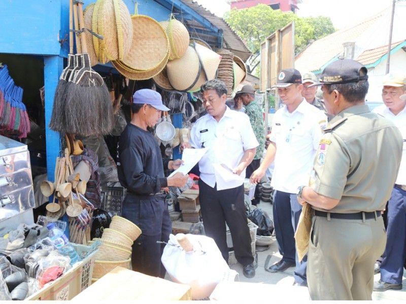 Pemberian SP 2 kepada warga Pasar Ikan