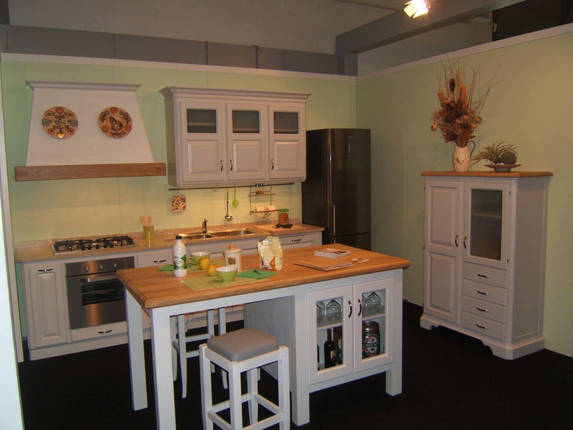 Isola per cucina costruita in legno su misura con