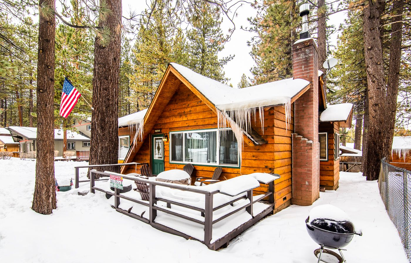 Big Bear Boarding House Sporting It S Wintry Look It S Definitely Warm Inside But Cold Out Here Rustic Cabin Most Comfortable Bed Modern Rustic Decor