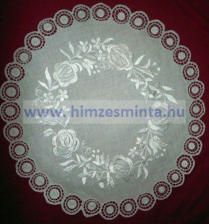 Fehér selyemmel hímzett kalocsai mintás riseliős terítő 40cm ( 422, 423, 424)