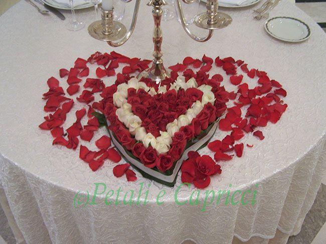 cuore di rose rosse e bianche e tanti petali