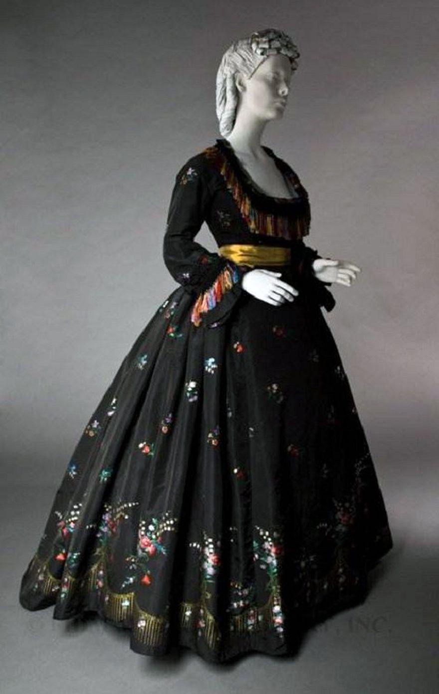 Victorian Era Evening Dress Ideas Inofashionstyle Com Historical Dresses Victorian Fashion War Dress [ 1392 x 880 Pixel ]