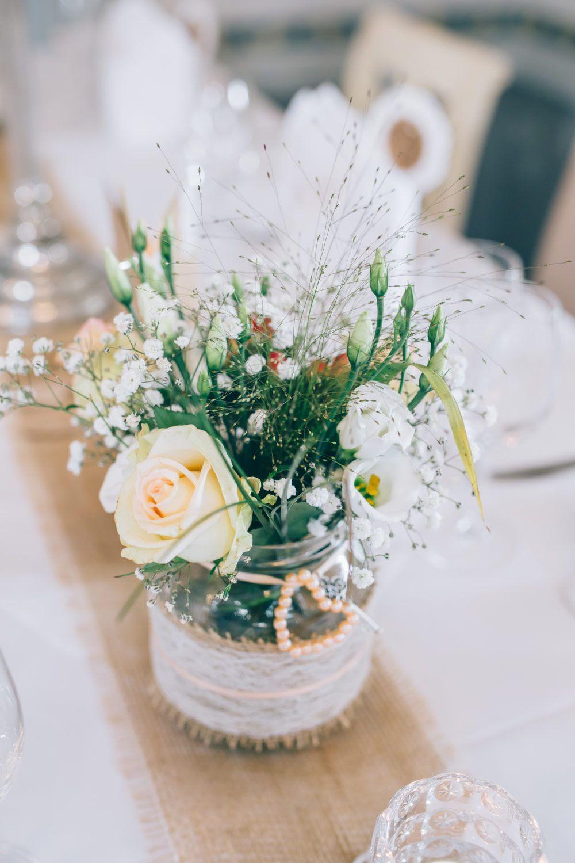 Tischdeko mit gurkenglas verziert mit jute und spitze f r die vintage hochzeit foto franka - Brautpaar tischdeko ...