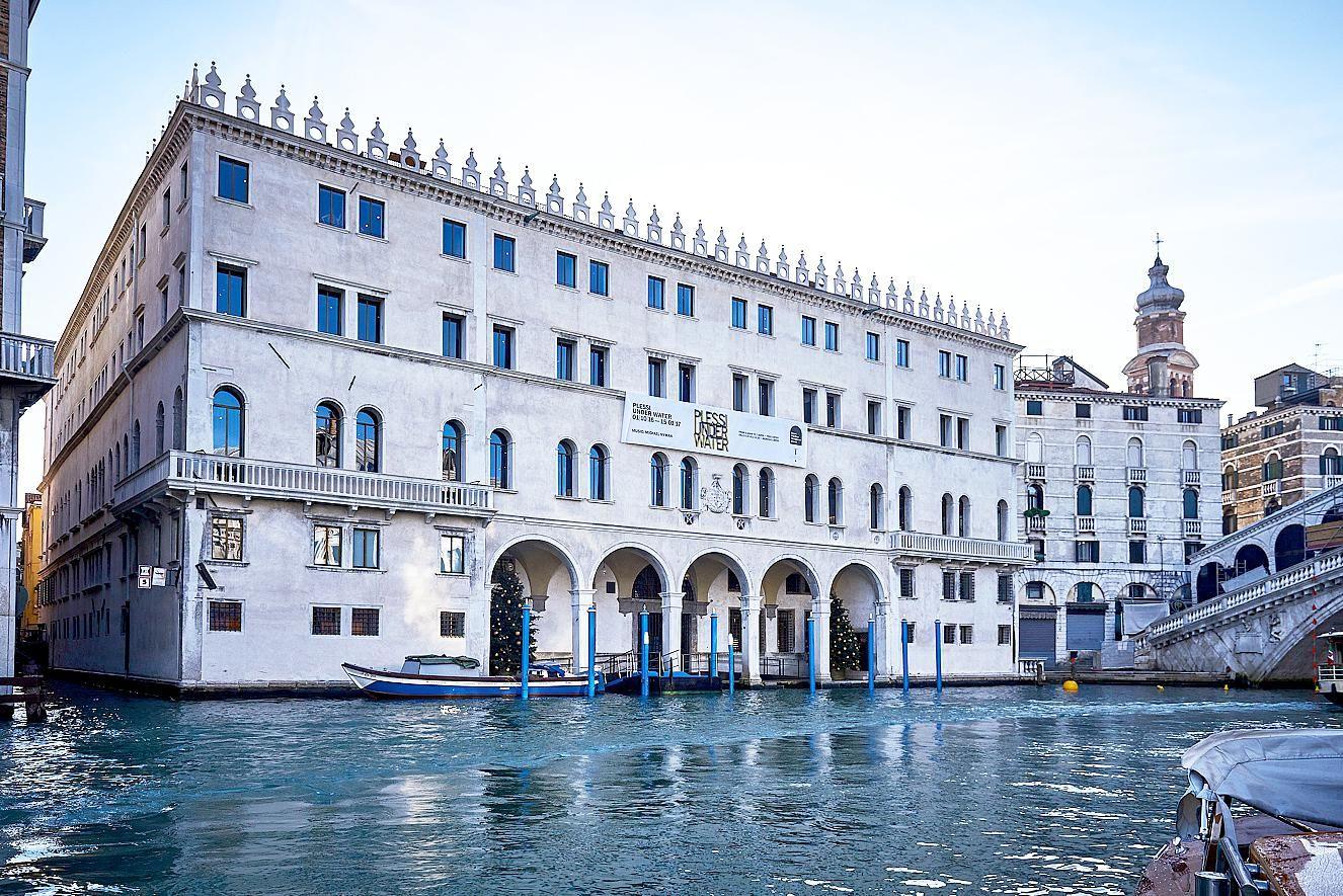 La façade du Fondaco sur le grand canal, un lieu majestueux en plein coeur de Venise.
