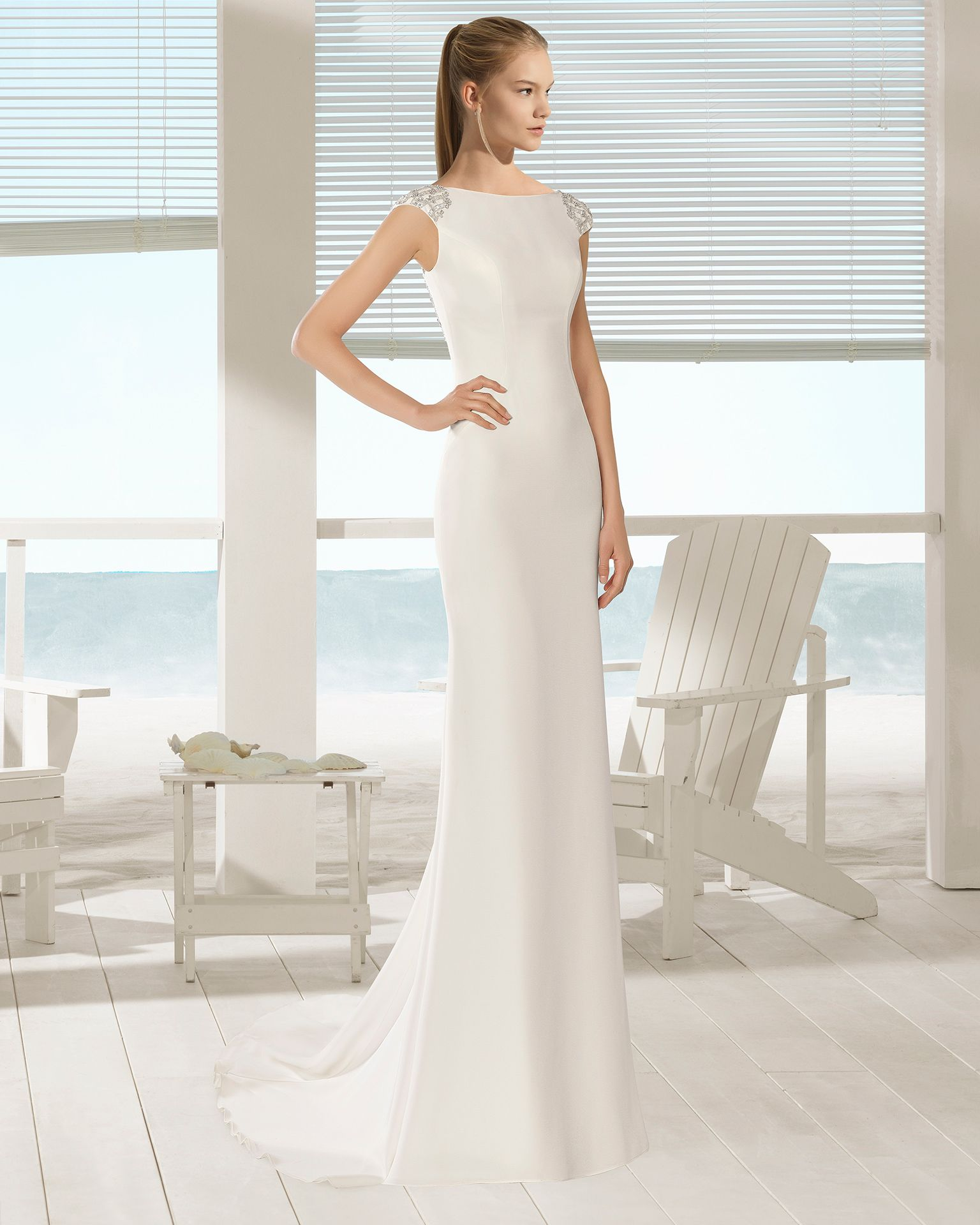 0345be281a Vestido de novia corte recto de crepe con espalda joya y escote barco