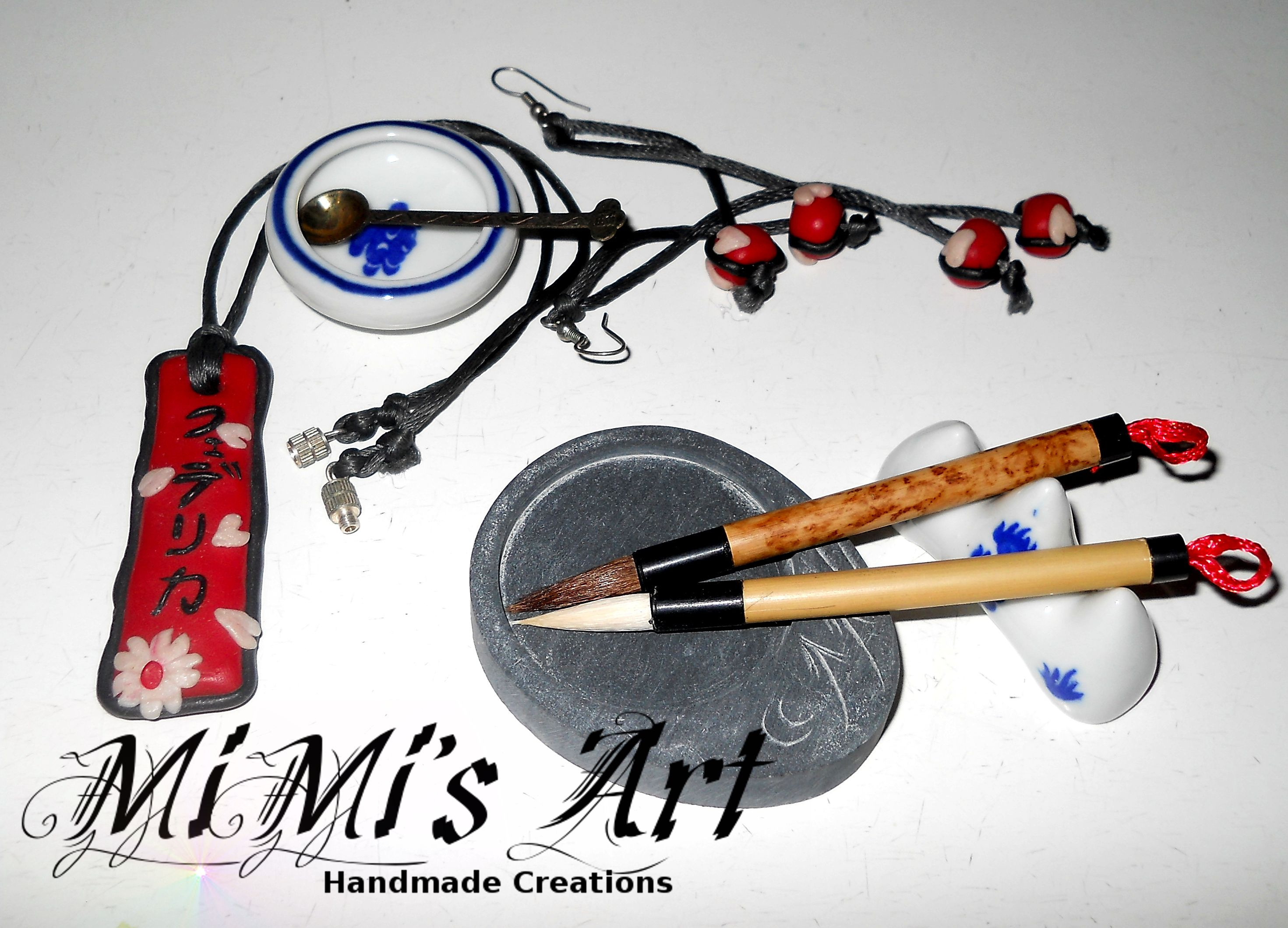 Set composto da orecchini e collana fatti a mano con pasta sintetica, in stile giapponese, sul pendolo della collana verrà scritto il nome in giapponese o qualsiasi ideogramma preferiate MiMi's Art - Handmade Creations