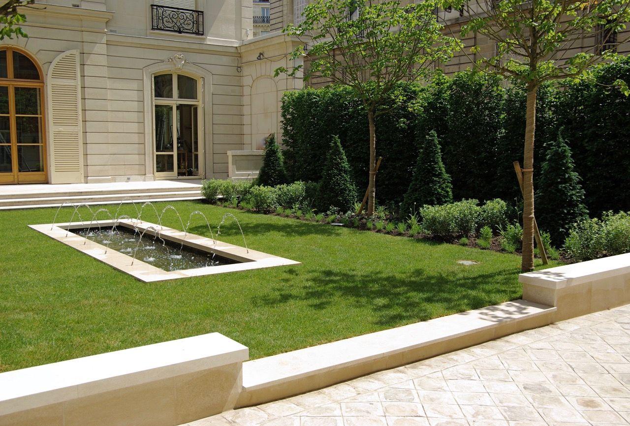 Jardin contemporain avec ifs taillés en cônes. Jardin avec bassin et ...