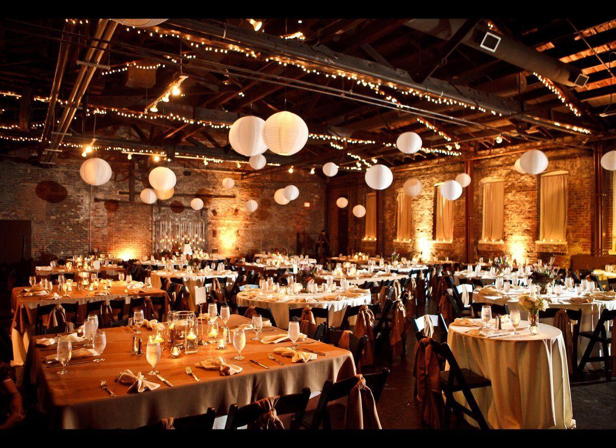 Mooie witte lampionnen en Kerst verlichting in de feestzaal. White ...