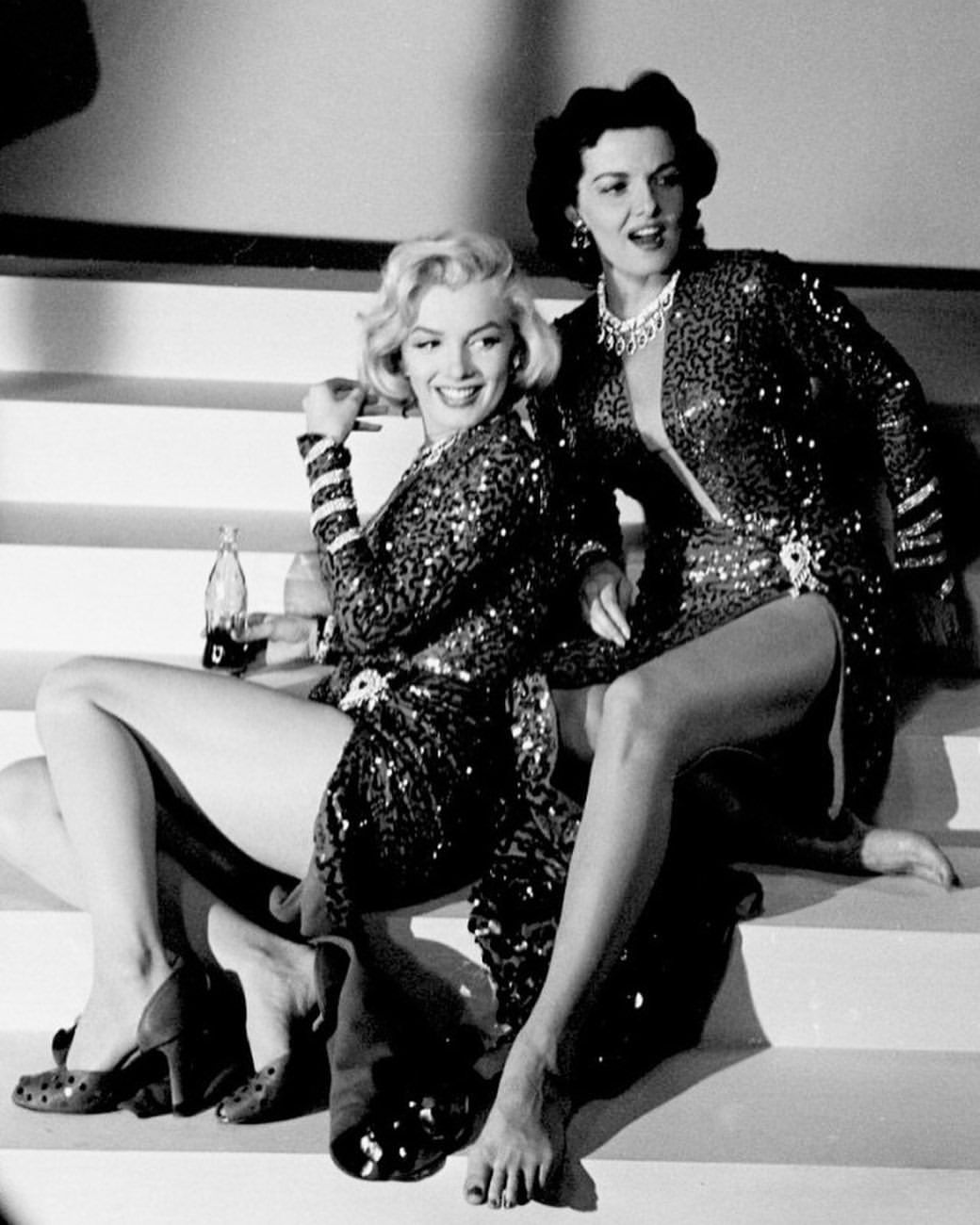Marilyn Monroe And Jane Russell Taking A Break On The Set Of Gentlemen Prefer Blondes 1953 Mari Gentlemen Prefer Blondes Jane Russell Classic Hollywood
