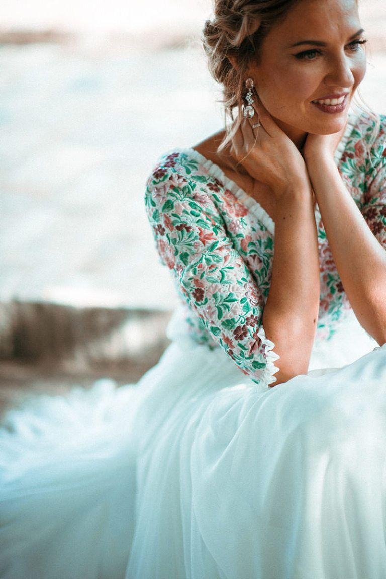 Segundo vestido de novia en una boda rústica al aire libre. Diseño ...