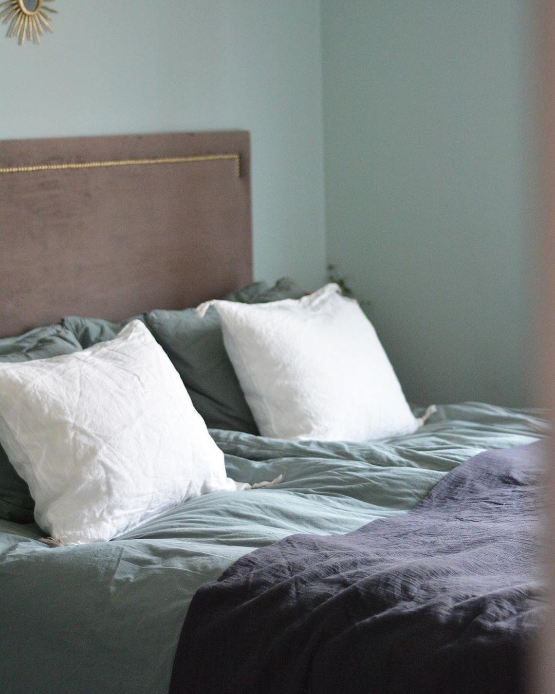 Gamla sovrummet hade en grönblå pastellfärg, riktigt snygg var det. I den nya huset blir det en färg i greige som går mot lila, underbart härligt☺️🥰 . . .  #interior #design #details #homeinterior #decor #passion #inspiration #livingroominspo #masterbedroominspo #homestyling #homedecor #homeinspo #designinterior #interiör #sovrum #alcrofärg #ernst #hemtex #ohlssonstyger #färg