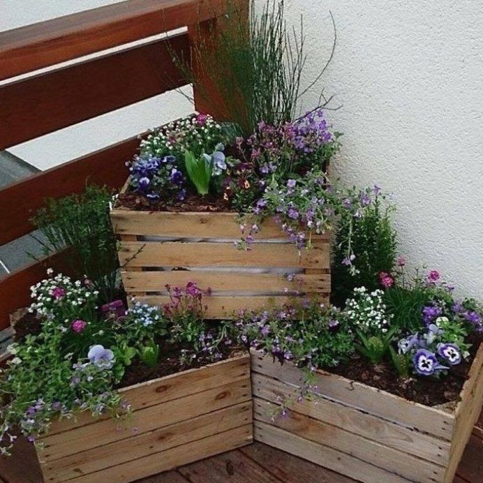 Crates In The Garden For A Rustic Look Crates Fence Backyard Fence Design F Backya In 2020 Rustic Garden Fence Small Cottage Garden Ideas Garden Front Of House
