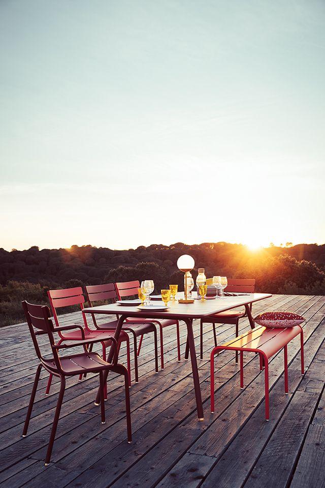 When The Sun Goes Down Schicke Mobel Von Fermob Gefallig Fermob Gartenmoebel Gartenstuhl Gartentisch Garten Gartenmobel Im Freien Gartensitzplatz