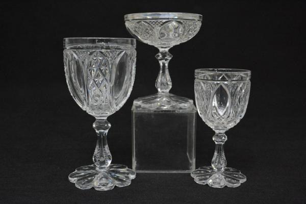 Aparelho de cristal francês Baccarat, lapidado com elementos geométricos. Base em flor. Composto de 15 taças de vinho, 13 de champanhe, 12 de água. Total de 40 peças. Vendido R$4.000,00 (ago14).