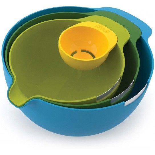 La gamma Nest la più venduta di JosephJoseph ora dispone di un set di ciotole progettato specificamente per la preparazione di torte e pietanze in cucina. Questo set salvaspazio dispone di tre ciotole di miscelazione ognuna con il proprio rompi uovo in acciaio inox e versatore grazie al beccuccio che assicura che qualsiasi miscela possa essere facilmente trasferita dalla ciotola alla tortiera, e un separatore uovo che si può agganciare sul lato di ogni ciotola. Ciotola piccola 1.4L. / 1.5qt…