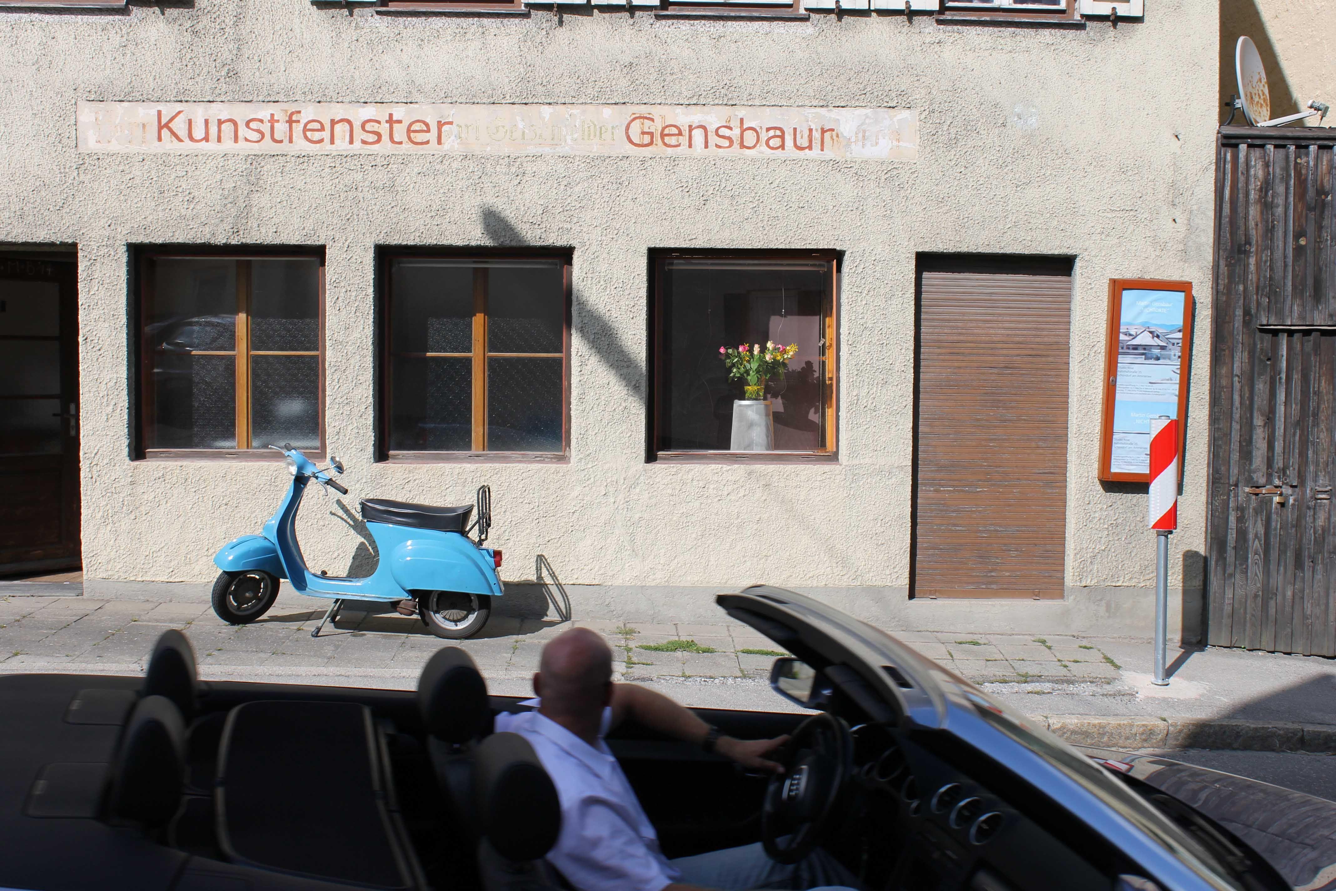 "Kunstfenster feiert Geburtstag ab 1. Mai. 8. Mai, 19 Uhr: Vortrag Urfeld. 17. Mai ab 16 Uhr: Begegnung im ""showroom"""