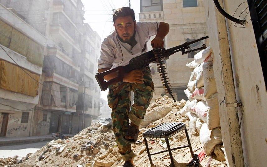 Goran Tomasevic y una foto de la guerra en primer plano que ayer fue tapa de New York Times y Washington Post