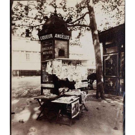 Eugène Atget, KIOSQUE À JOURNEAUX, PLACE ST.  SULPICE, CIRCA 1910