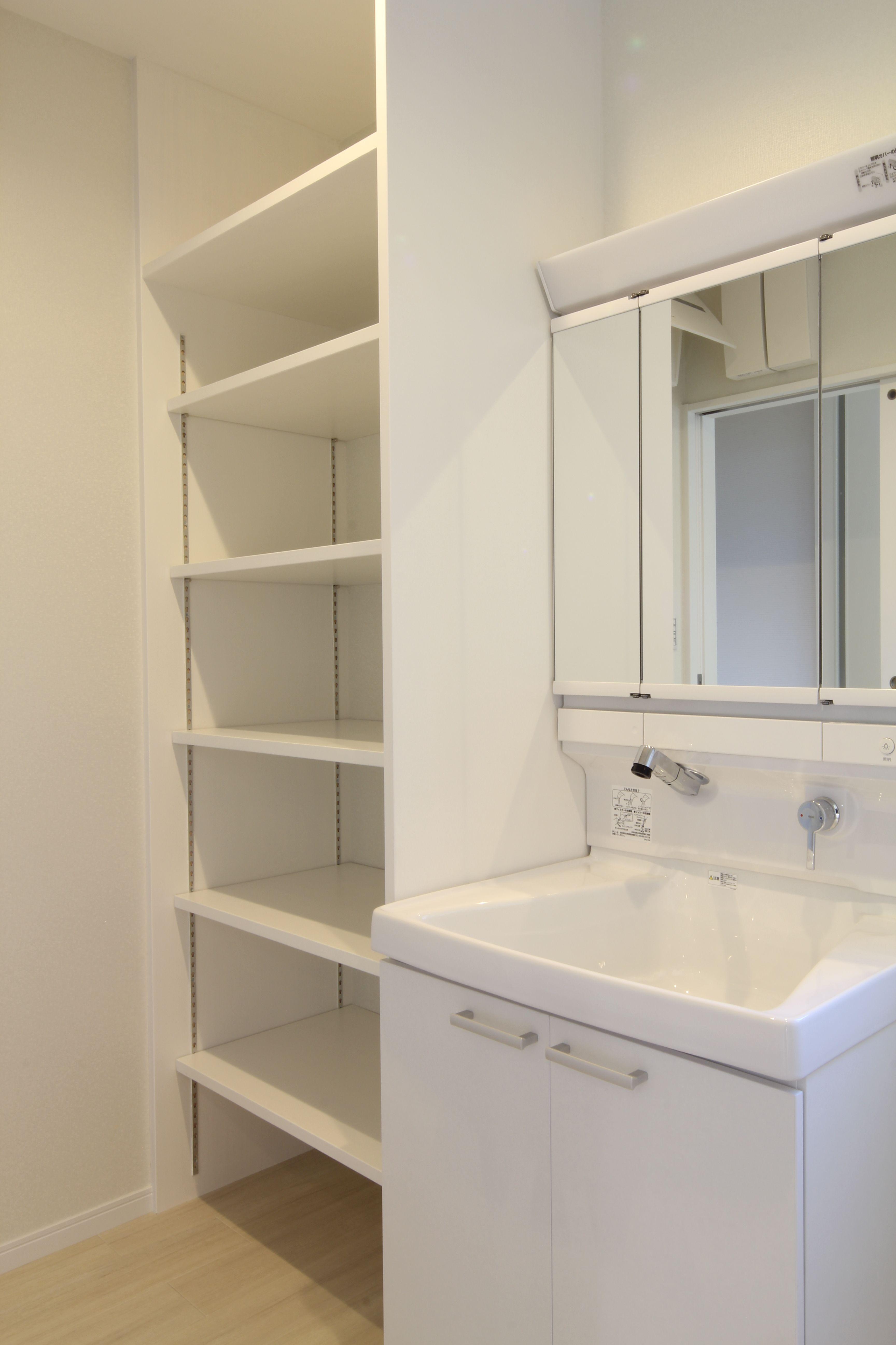 洗面台の横に可動棚を造作しています 脱衣室 収納 洗面所 収納棚