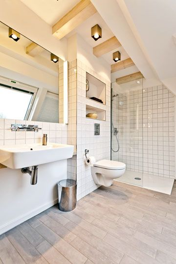 Das Elternbad Im Ersten Stock Lockt Mit Offener Bodentiefer Dusche Und Fussbodenheizung Sowie Automatischer Fensterluftung C Baufinanzierung Bausparkasse Haus
