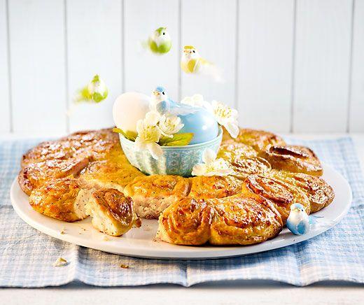 Oster-Aprikosen-Mohnkranz: Dieses gefüllte #Hefegebäck kann schon am Abend vor dem #Osterbrunch vorbereitet werden. #Rezept #Backen #Ostern