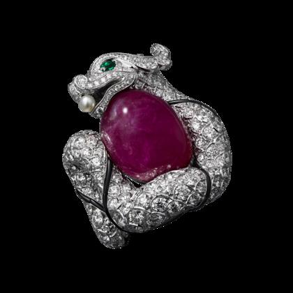 Bague Haute Joaillerie Or gris, un rubis taille cabochon de 34,58 carats, yeux en émeraude, une perle naturelle, onyx, brillants.