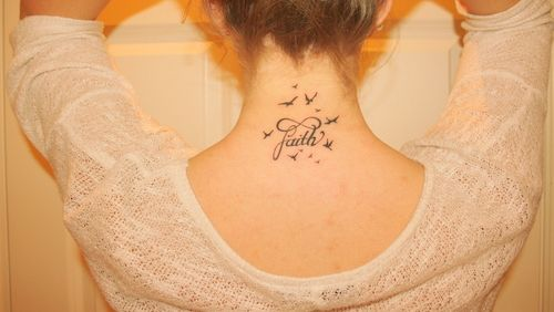 Tatouage Nuque Femme Tatouages Tattoos Faith Tattoo Designs Et
